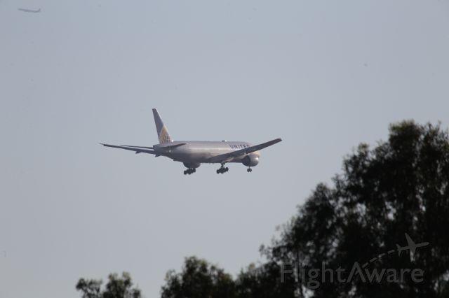 Boeing 777-200 (N221UA)
