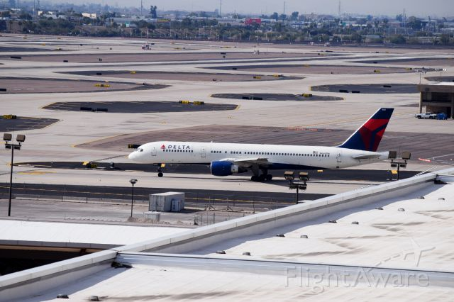 Boeing 757-200 (N668DN) - taxing to 07L for takeoff at Phoenix Sky Harbor(1.19.2015)