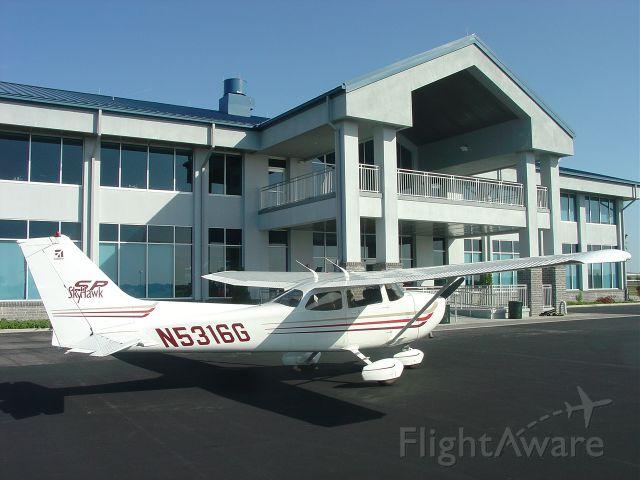Cessna Skyhawk (N5316G) - On the ramp at Lakeland, Florida (2003).