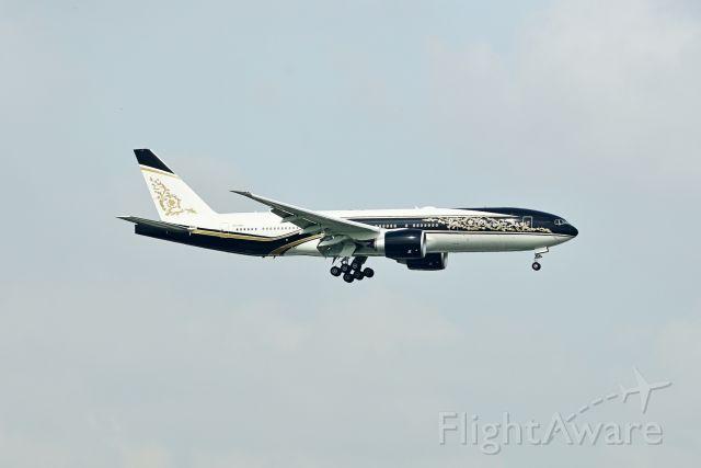 Boeing 777-200 (P4-SKN)