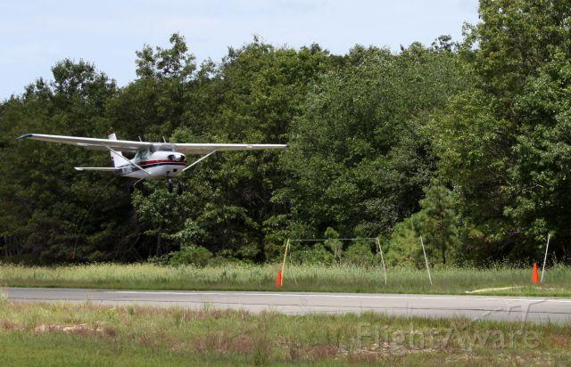 Cessna Skyhawk (N7348G) - The fine art of banner towing.