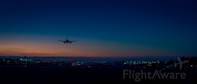 Airbus A320 — - JetBlue on approach to runway 30 at KLGB