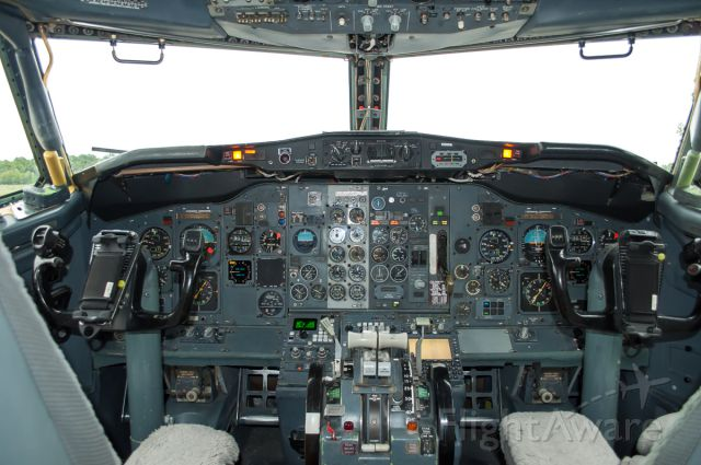 Boeing 737-200 (C-GNLN) - 737-200 flight deck