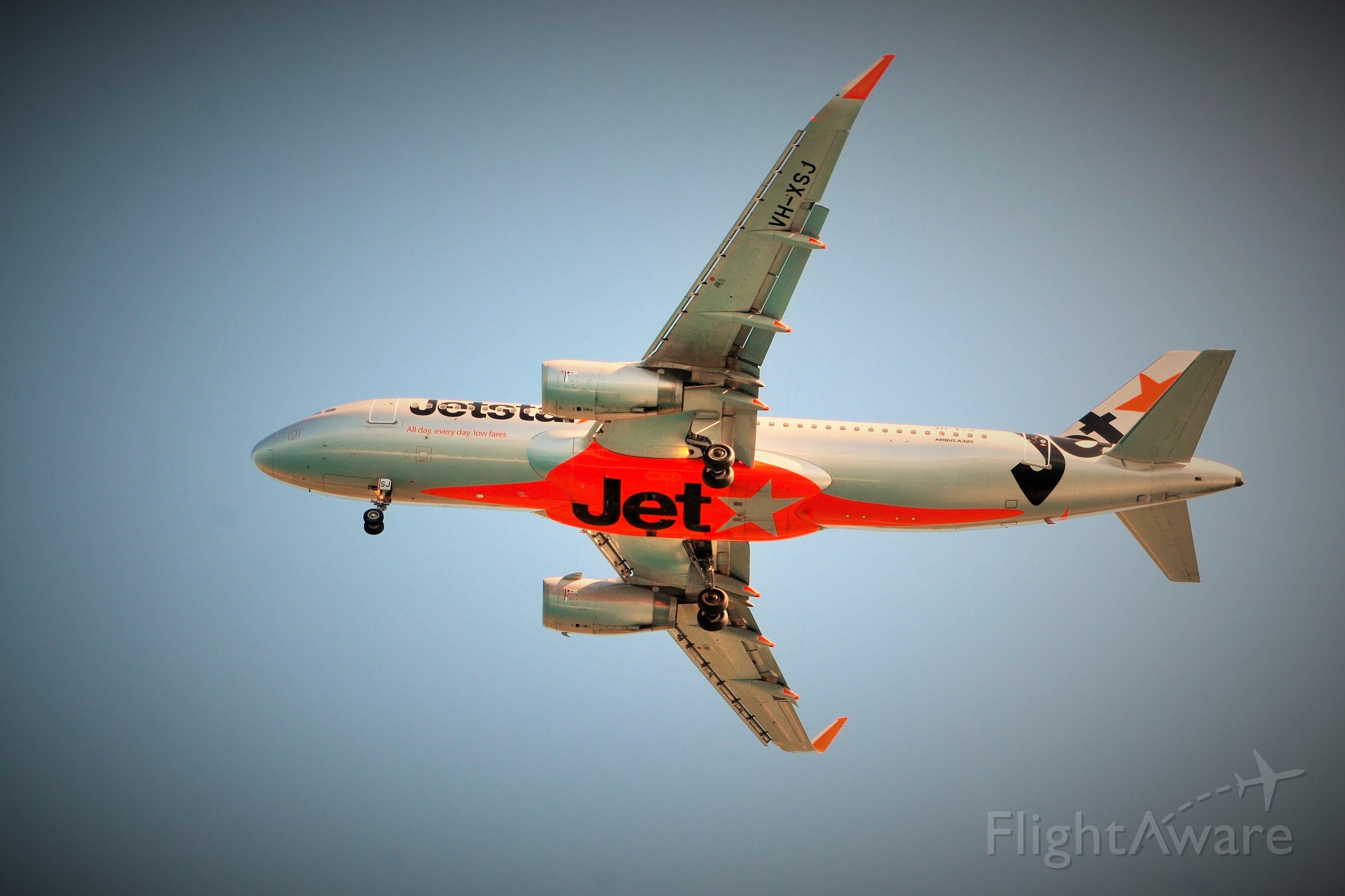 Airbus A320 (VH-XSJ) - Landing RWY14 at HTI