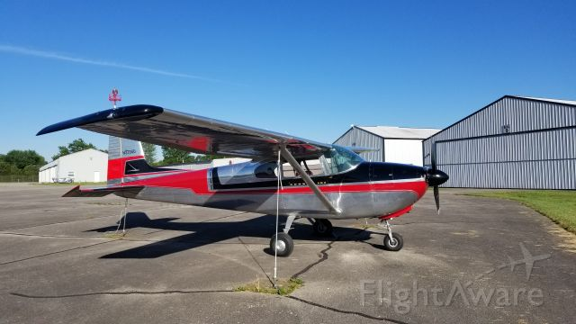 Cessna Skyhawk (N3738D) - I happened to see this beautiful plane at the Bedford airport.