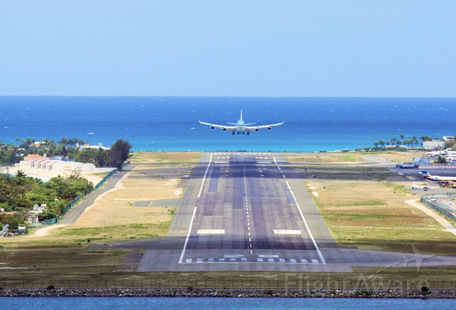 Boeing 747-400 (PH-BFG) - KLM landing at Princess Juliana International Airport on 23 april 2013. Its 2300 meters or 7546 feet of runway.