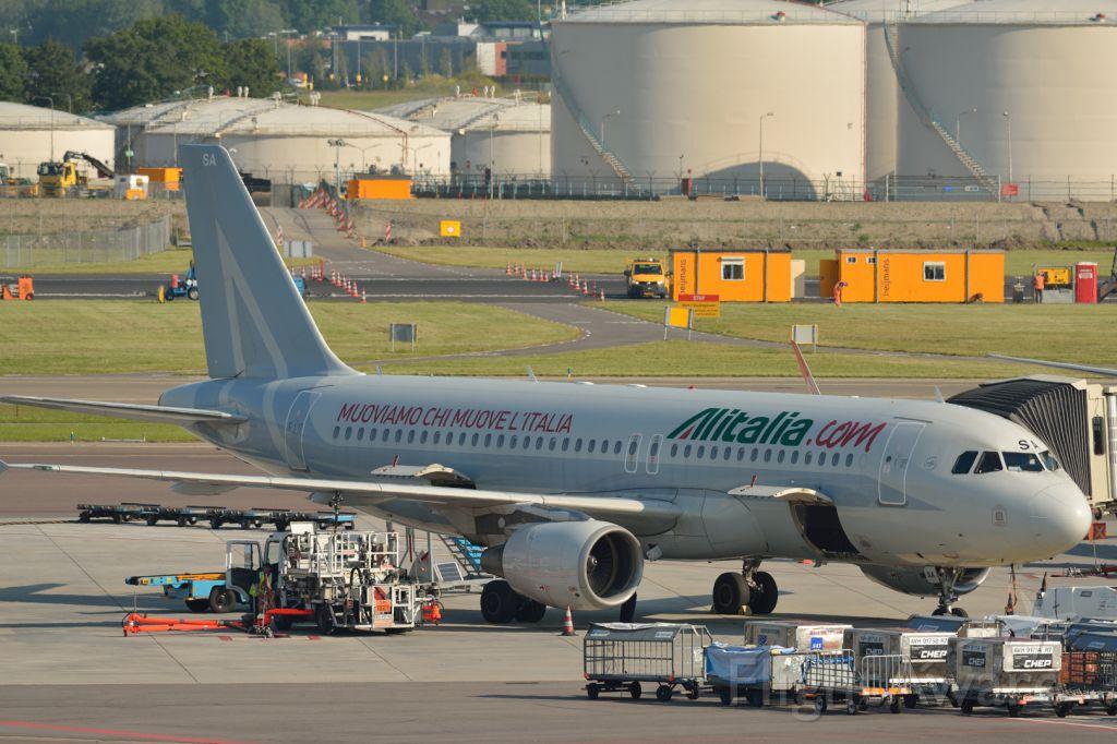 — — - A320 gezien vanaf terras luchthaven schiphol