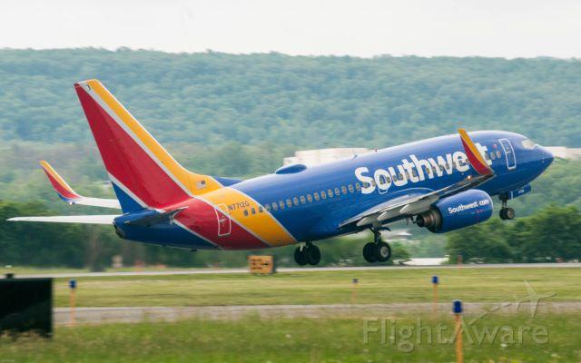 Boeing 737-700 (N7712G)