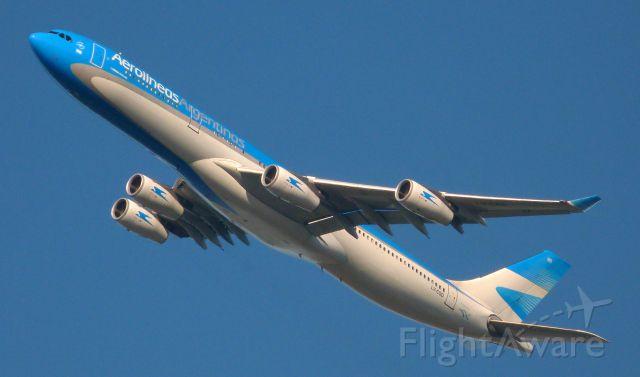 Airbus A340-300 (LV-CSD) - Un ángulo muy difícil de capturar.