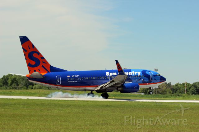 Boeing 737-700 (N715SY) - Touchdown at KGYY