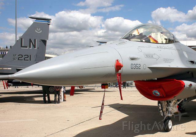 Lockheed F-16 Fighting Falcon (General Dynamics F-16 C Fighting Falcon) - General Dynamics F-16 C Fighting Falcon at Paris-Le Bourget Air Show (LFPB-LBG) in june 2011