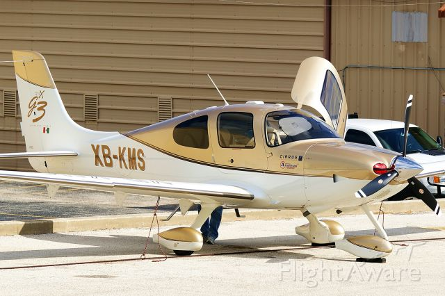 Cirrus SR-22 (XB-KMS) - Just too nice not to stop and get a picture of!