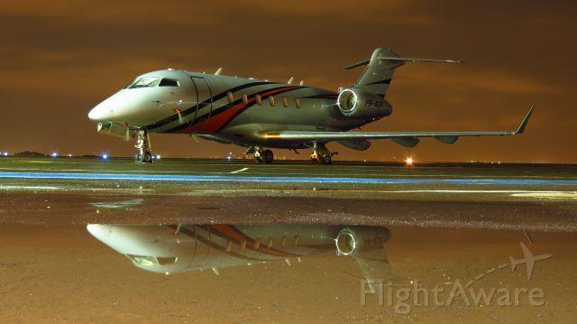Bombardier Challenger 300 (PR-ADB) - Aeronave em pernoite no pátio.