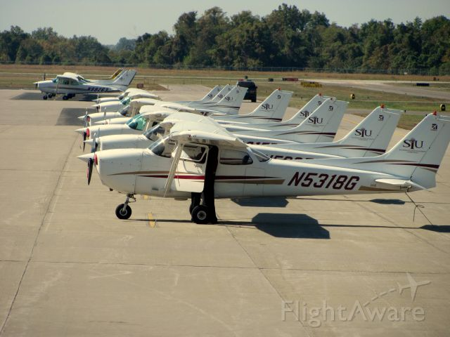 Cessna Skyhawk (N5318G) - N5318G and more SIU Cessnas lined up on the ramp.