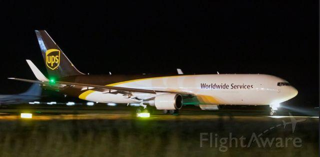 BOEING 767-300 (N393UP)