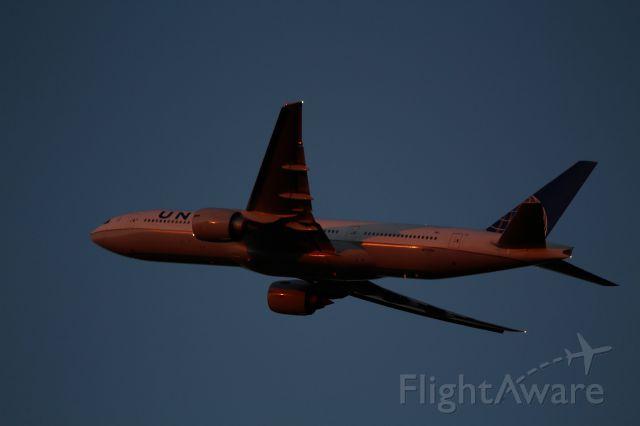 Boeing 777-200 (N77014)