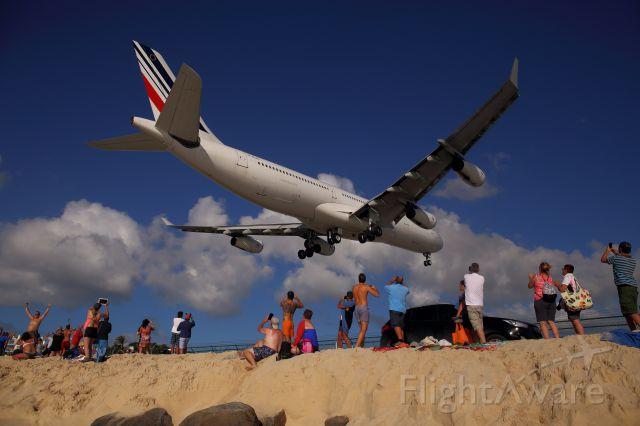 Airbus A340-300 (F-GLZO) - Maho Beach le 10/12/2015.