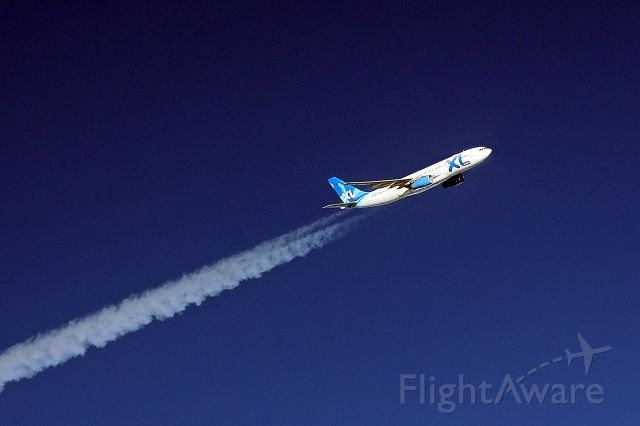 — — - On route to EGHI from KPBI, XL passing us east to west FL 39 2000ft above us
