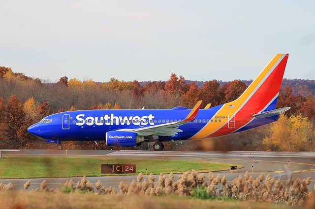 Boeing 737-700 (N929WN) - Lined up on runway 24 awaiting takeoff clearance