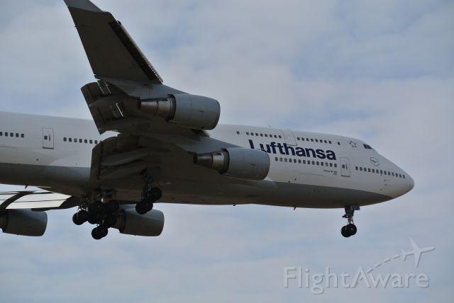 Boeing 747-400 (D-ABVR) - Short final 05