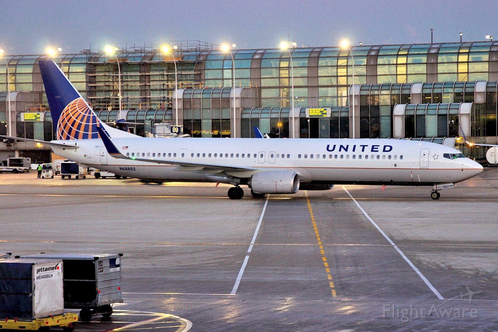 Boeing 737-900 (N68802)