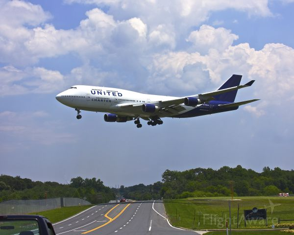 Boeing 747-200 (N194UA) - United N194UA, a Boeing 747 seen here about to land at BWI Runway 33L clearing Dorsey Road.  This is a Military Charter from Ramstein AFB, Germany.  June 18, 2013