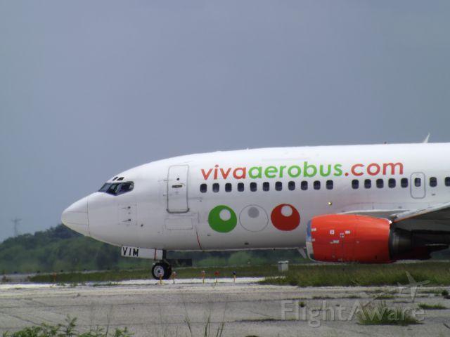 BOEING 737-300 (XA-VIM) - 737-300 entrando a pista 10 (MMMD).