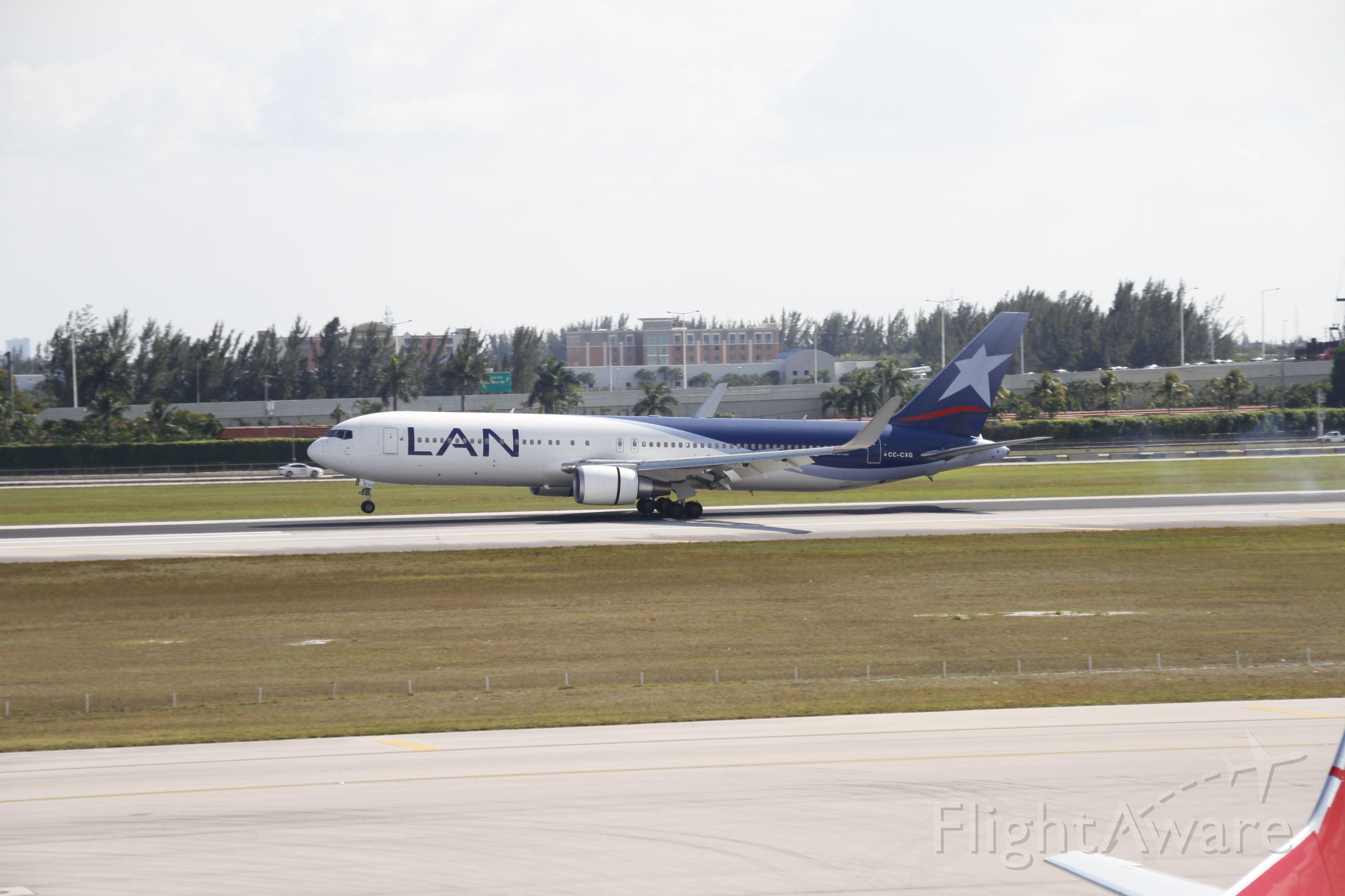 BOEING 767-300 (CC-CXG) - Perfect Landing