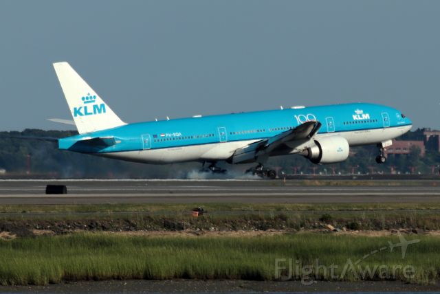 Boeing 777-200 (PH-BQA) - 'KLM 617' from Amsterdam touching down on 22L