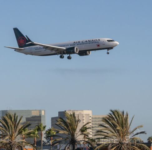 Boeing 737 MAX 8 (C-FSOC) - Welcome to LA