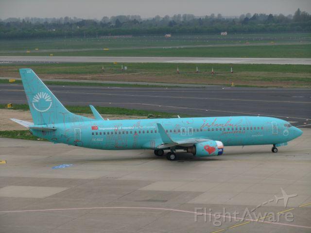 Boeing 737-800 (TC-SUZ) - B737-800(WL) TC-SUZ der SunExpress in der dauerhaften Sonderlackierung (I love Istanbul) bem Taxiing zur Rwy 23L. Airport DUS, foto vom 05.04.2014.