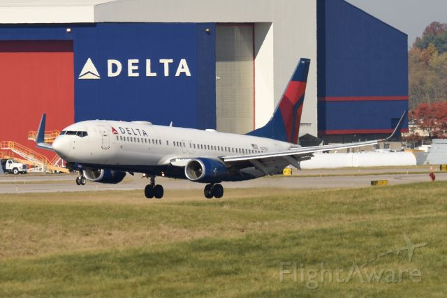 Boeing 737-800 (N3767) - second away from touch down on 18-L on 11-08-20