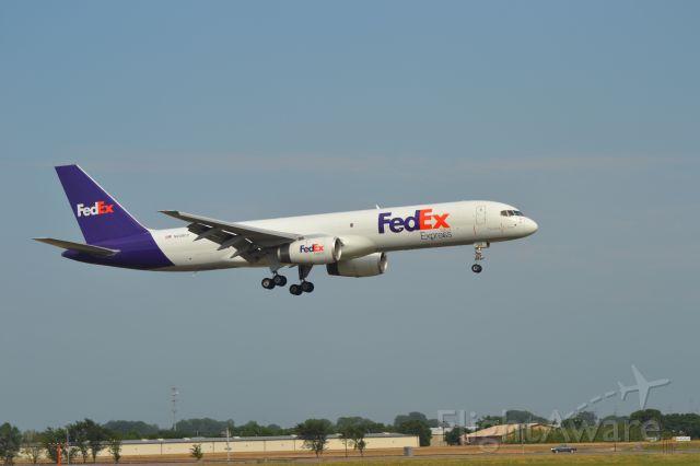 Boeing 757-200 (N939FD) - N939FD landing in KFSD