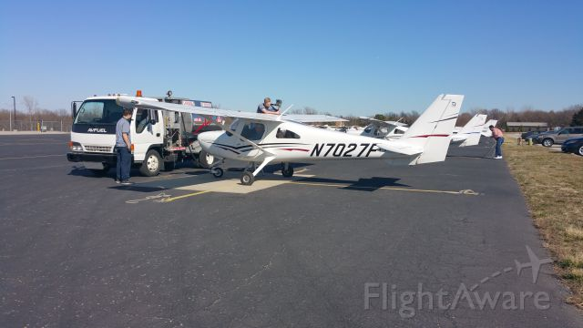 Cessna Skycatcher (N7027F) - Getting fueled up before a flight