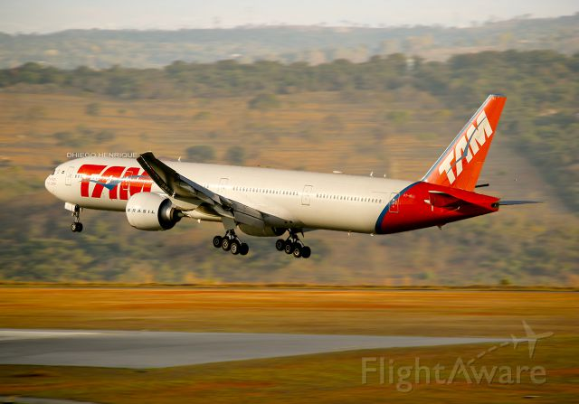 BOEING 777-300 (PT-MUJ)