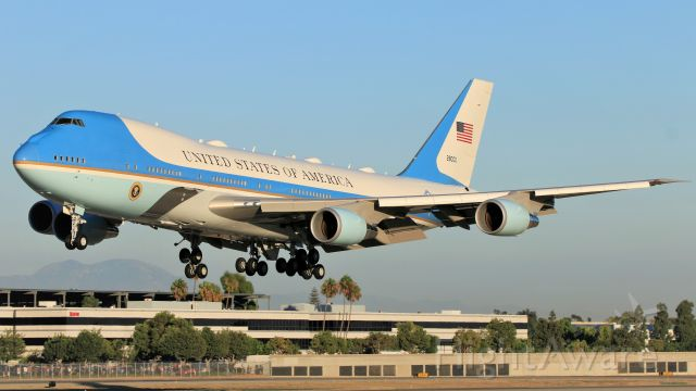 """Boeing 747-200 (82-8000) - The United States Air Force's VC-25A, better known by its callsign when carrying the president, """"Air Force 1"""", arrives in Long Beach."""