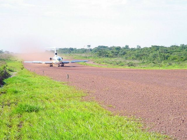 BOEING 727-200 (S9-BAV) - 'm on the edge of the runway and the aircraft is landing. Most aerodromes in Angola have contaminated and unprepared runways, so the great advantage of the 727 to have the engines in the tail.