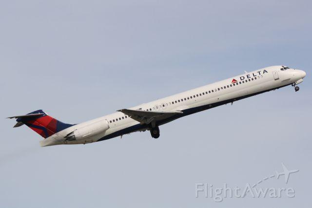 McDonnell Douglas MD-88 (N913DE) - Delta Flight 1621 (N913DE) departs Sarasota-Bradenton International Airport enroute to Hartsfield-Jackson Atlanta International Airport