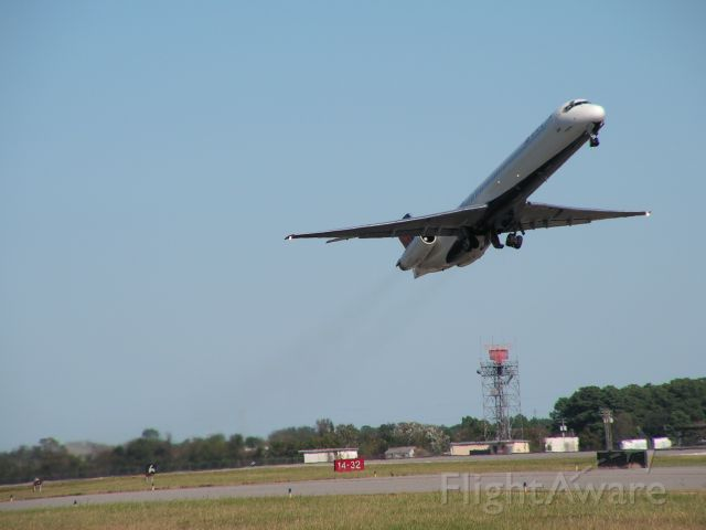 McDonnell Douglas MD-88 (N982DL) - Gear up, smoke on! Delta MD88 departing from RWY 14 at KORF