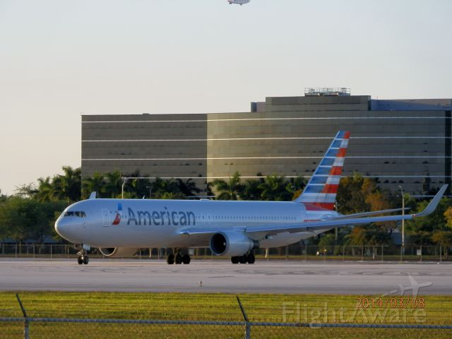 BOEING 767-300 (N386AA)