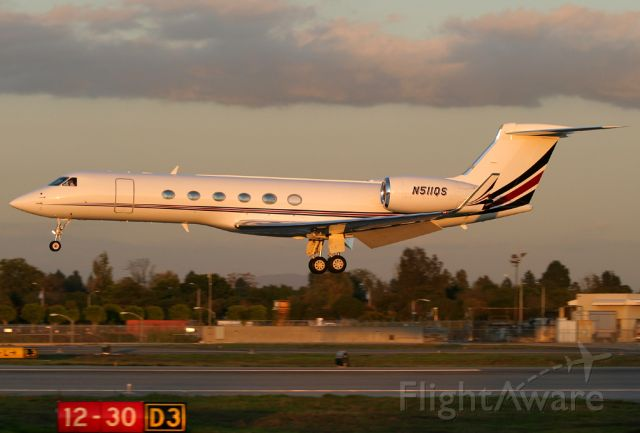 N511QS — - On short final to Rwy 30 at Long Beach as the sun sets in the west.