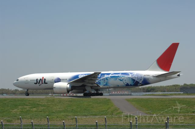 Boeing 777-200 (JA704J) - Taxi at Narita Intl Airport on 2007/5/4 One World c/s