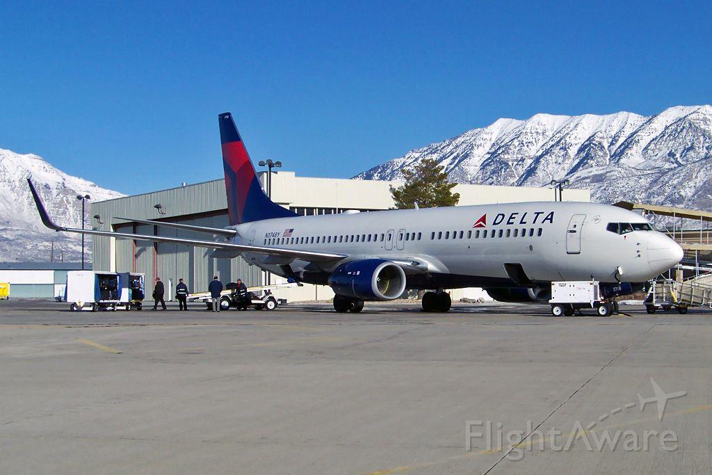 Boeing 737-800 (N3748Y)
