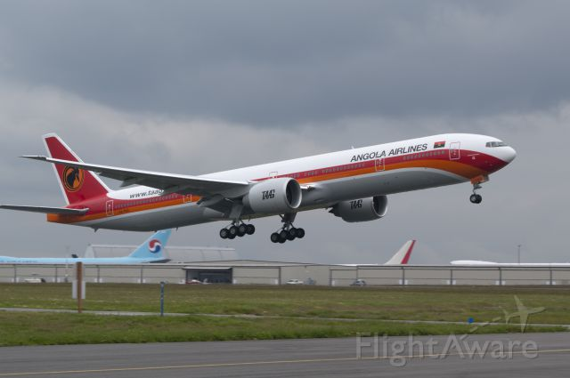 Boeing 777-200 (D2-TEG)