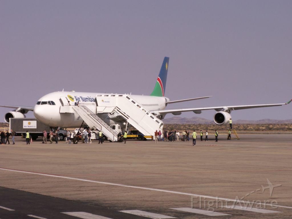 Airbus A340-300 (V5-NME) - V5-NME nach der Landung am Morgen des 11.09.2009. Weil wir am Vorabend in FRA später rauskamen - wenige Minuten vor Beginn des Nachtflugverbotes - kamen wir im wunderschönsten Sonnenschein in WDH an. Mittlerweile sind beide A340-300 (V5-NME und V5-NMF) durch zwei neue A330-200 (V5-ANO und V5-ANP) ersetzt.