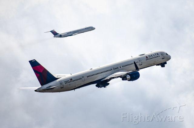 BOEING 757-300 (N588NW)