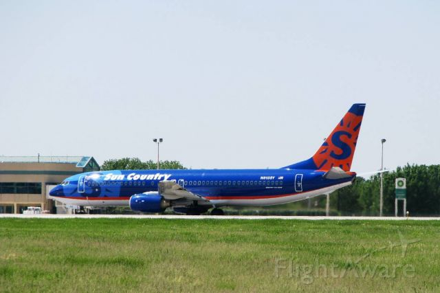 Boeing 737-800 (N513SY) - Sun Country B738 rolling on RWY 25 at RFD