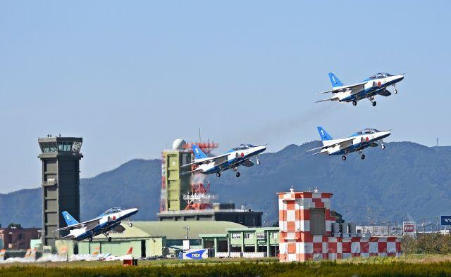 — — - The Blue Impulse Acrobatic flying team in JASDF