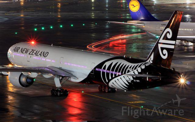 BOEING 777-300 (ZK-OKR)