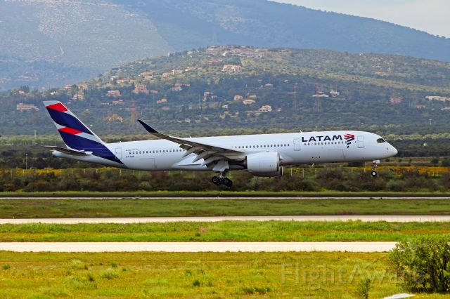 Airbus A350-900 (A7-AQA) - Qatar Airways brand new A350-900 (still in full Latam livery) struggles with winds seconds before landing.
